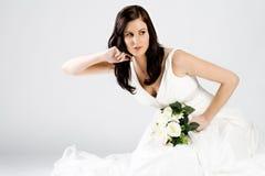 Glückliche junge Braut im Hochzeitskleid mit Blumenstrauß stockfotos