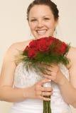 Glückliche junge Braut mit Blumenstrauß Stockbild