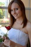 Glückliche junge Braut mit stieg Lizenzfreies Stockbild