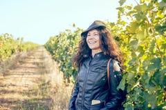 Glückliche junge brunette Frau draußen lizenzfreies stockfoto