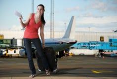 Reizend touristische Frau im Flughafen bereit zum Verschalen Stockbild