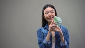 Glückliche junge Dame, die Bündel Euros, erfolgreiches Investitionsvorhaben, Geld hält stock footage