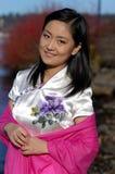 Glückliche junge Dame im Rosa Stockfoto