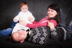 Glückliche junge Eltern und kleines Baby Stockbild