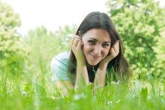 Glückliche junge entspannende Frau stockfoto