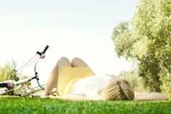 Glückliche junge entspannende Frau Stockfotos