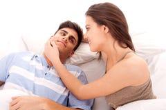 Glückliche junge entspannende Paare Lizenzfreie Stockfotografie