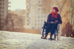 Glückliche junge erwachsene Frau auf Rollstuhl Stockfoto