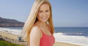 Glückliche junge erwachsene Frau, die auf Süd-Kalifornien-Strand steht Lizenzfreie Stockbilder