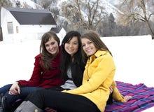 Glückliche junge Erwachsene im Winter lizenzfreies stockfoto