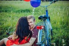 Glückliche junge erwachsene Paare in der Liebe auf dem Feld Zwei, Mann und woma Stockfotografie