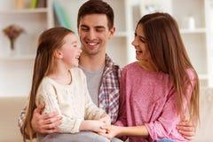 Glückliche junge Familie stockbild