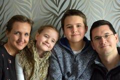 Glückliche junge Familie Lizenzfreie Stockbilder