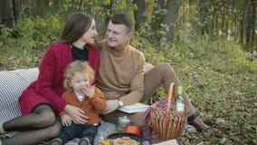 Glückliche, junge Familie auf Picknick stock video