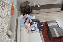 Glückliche junge Familie, die alte Abbildungen schaut Stockbilder