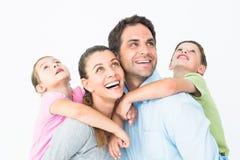 Glückliche junge Familie, die oben zusammen schaut Lizenzfreies Stockbild