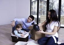 Glückliche junge Familie in ihrer neuen Wohnung Stockfoto
