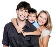 Glückliche junge Familie mit hübschem Kind lizenzfreie stockbilder