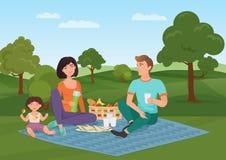 Glückliche junge Familie mit Kind auf einem Picknick Vati, Mutter und Tochter stehen in der Natur still Der kleine Junge unzufrie Stockfotografie