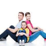 Glückliche junge Familie mit Kindersitzen Lizenzfreies Stockfoto