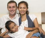 Glückliche junge Familie mit kleinem Mädchen 2 Lizenzfreie Stockfotos