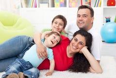 Glückliche junge Familie mit zwei Kindern stockfoto