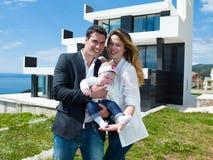 Glückliche junge Familie zu Hause lizenzfreie stockbilder