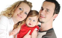 Glückliche junge Familie zusammen im Studio lizenzfreie stockfotografie