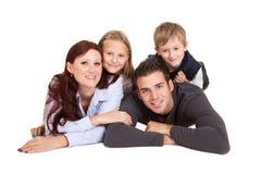 Glückliche junge Familienausgabenzeit zusammen stockfotografie