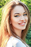 Glückliche junge Frau Stockfotos