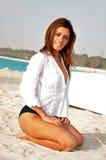 Glückliche junge Frau auf dem Strand Lizenzfreies Stockbild