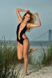 Glückliche junge Frau auf dem Strand Stockbild