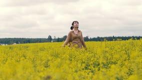 Glückliche junge Frau auf einem Sommerweg Frau, die auf dem Sommergebiet geht lizenzfreies stockfoto