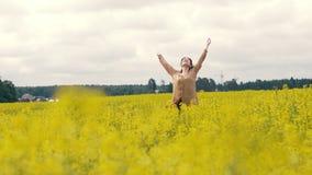 Glückliche junge Frau auf einem Sommerweg Frau, die auf dem Sommergebiet geht lizenzfreie stockbilder