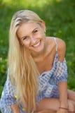 Glückliche junge Frau auf einer Sommerblumenwiese im Freien Stockfoto