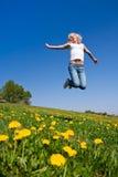 Glückliche junge Frau auf Wiese lizenzfreie stockfotografie