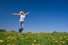 Glückliche junge Frau auf Wiese lizenzfreies stockbild