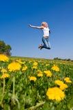 Glückliche junge Frau auf Wiese stockfotografie