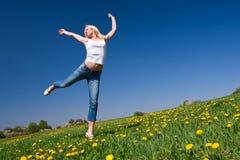 Glückliche junge Frau auf Wiese lizenzfreie stockbilder