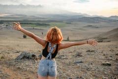 Glückliche junge Frau in den Bergen Stockbild