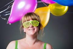 Glückliche junge Frau in den grünen Gläsern Stockfoto