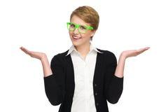 Glückliche junge Frau in den grünen Gläsern mit den angehobenen Händen. Lizenzfreie Stockfotografie