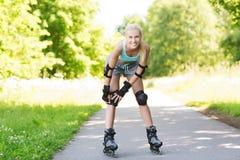 Glückliche junge Frau in den Rollerblades, die draußen reiten Lizenzfreie Stockbilder