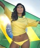 Glückliche junge Frau in der Brasilien-Fußballspitze Stockbilder