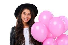 glückliche junge Frau in der Lederjacke mit Ballonen lizenzfreie stockbilder
