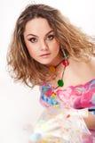 Glückliche junge Frau in der Sommerkleidung Stockfotografie