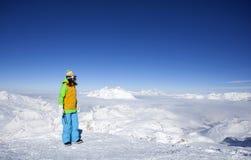 Glückliche junge Frau an der Spitze des Berges Stockbild