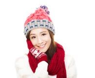 Glückliche junge Frau in der Winterkleidung Bunte Zeichen auf weißem Hintergrund Lizenzfreie Stockfotografie
