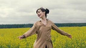 Glückliche junge Frau des Porträts auf einem Sommerweg auf dem Gebiet lizenzfreies stockbild