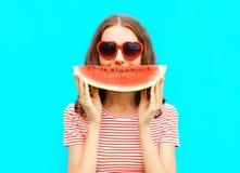 glückliche junge Frau des Porträts hält Scheibe der Wassermelone Lizenzfreie Stockfotografie